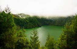 Vista aérea a Lagoa de Santiago en la niebla, sao Muel, Azores, Portugal Fotografía de archivo