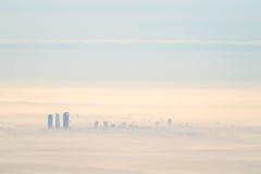 Vista aérea lejana de la ciudad de Madrid con niebla por la mañana Foto de archivo libre de regalías