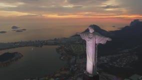 Vista aérea lindo no monumento da estátua do redentor de Cristo Redentor Cristo no seascape do por do sol da noite de Rio de jane filme