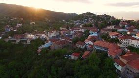 Vista aérea mágica da cidade bonita situada em montes, hora dourada de Sighnaghi vídeos de arquivo