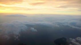 vista aérea maravillosa 4K de Busán con puesta del sol a través de una ventana del aeroplano metrajes
