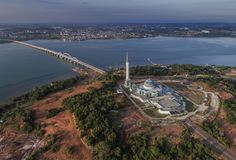 Vista aérea Masjid Raya Kepulauan Riau no por do sol, Bintan Indonésia imagens de stock