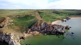 Vista aérea: migrar sobre o forno de secagem do  de Ñ de baías dos milhares na praia geral com shell e rochas perto de Kerch, Cr video estoque