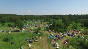 Vista aérea muitos povos no acampamento no festival musical da arte & da ioga vídeos de arquivo
