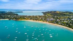 Vista aérea na baía bonita no dia ensolarado com Sandy Beach e subúrbios residenciais no fundo Ilha de Waiheke, Auckland, Ne fotos de stock royalty free