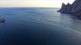 Vista aérea na baía e nas montanhas video estoque