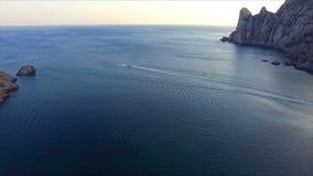 Vista aérea na baía e nas montanhas filme