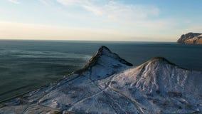Vista aérea na borda da costa da montanha em Gronelândia Vista aérea em montanhas cobertos de neve em Gronelândia foto de stock royalty free