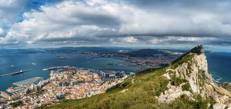 Vista aérea na cidade de Gibraltar da reserva natural da rocha superior: no deixou a cidade de Gibraltar e a baía, cidade de Line Fotos de Stock Royalty Free