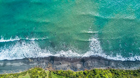 Vista aérea na costa do mar de Tasman perto de Plymouth novo no dia ensolarado Região de Taranaki, Nova Zelândia fotos de stock