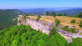 A vista aérea na couve de Mangup arruinou a fortaleza no platô vídeos de arquivo