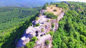 A vista aérea na couve de Mangup arruinou a fortaleza no platô video estoque