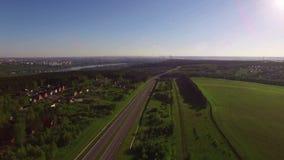 Vista aérea na estrada com tráfego perto da vila vídeos de arquivo