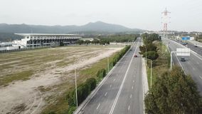 A vista a?rea na estrada no carro vermelho de Portugal vai em uma estrada livre em torno das ?rvores filme