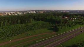 Vista aérea na estrada perto da vila verde bonita filme