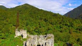Vista aérea na fortaleza e na igreja arruinadas do século X vídeos de arquivo