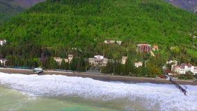 Vista aérea na linha da costa com maré vídeos de arquivo