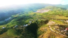 Vista aérea na paisagem bonita, na luz do sol nas montanhas, na floresta e no céu azul vídeos de arquivo