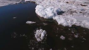 Vista aérea na vista para baixo no Rio Volga com gelo congelado bonito video estoque