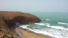 Vista aérea na praia de Legzira com as rochas arqueadas na costa atlântica Marrocos filme