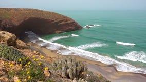 Vista aérea na praia de Legzira com as rochas arqueadas na costa atlântica Marrocos video estoque