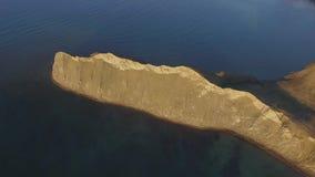 Vista aérea na praia de Sudak tiro da costa em Crimeia, o Mar Negro A costa crimeana de cima de Crimeano bonito video estoque