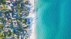 Vista aérea nas ondas nas horas de verão fotografia de stock