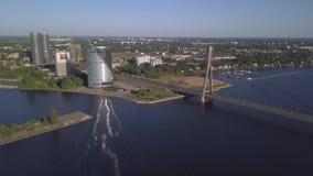 A vista aérea no automóvel de Riga Cabo-ficou a ponte e o rio do Daugava video estoque