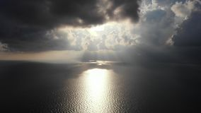 Vista aérea no céu tormentoso, brilho do sol através das nuvens vídeos de arquivo