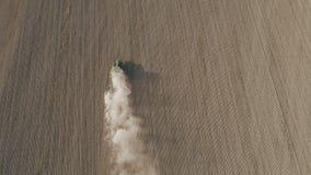 Vista aérea no campo ploughing do trator video estoque