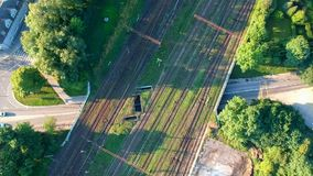 Vista aérea no cruzamento múltiplo do ferrovia com estrada filme