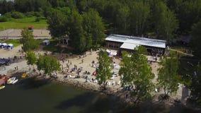Vista aérea no lago bonito Vista aérea do rio e da praia nas horas de verão Praia da beira do lago com árvores e opinião da areia video estoque