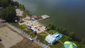 Vista aérea no lago bonito Vista aérea do rio e da praia nas horas de verão Praia da beira do lago com árvores e opinião da areia vídeos de arquivo