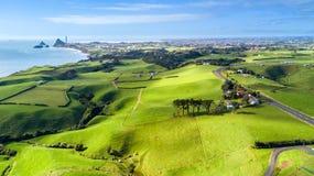 Vista aérea no litoral de Taranaki com explorações agrícolas e Plymouth novo no fundo Região de Taranaki, Nova Zelândia Imagem de Stock