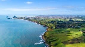 Vista aérea no litoral de Taranaki com explorações agrícolas e Plymouth novo no fundo Região de Taranaki, Nova Zelândia Imagem de Stock Royalty Free
