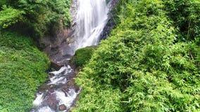 A vista aérea no movimento da cachoeira flui abaixo da inclinação rochoso no pico do ` s de Adam em Sri Lanka video estoque