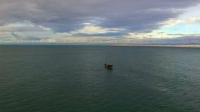 Vista aérea no navio de navigação no mar filme