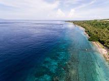 Vista aérea no oceano e nas rochas Imagens de Stock Royalty Free