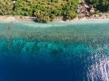 Vista aérea no oceano e nas rochas Fotos de Stock