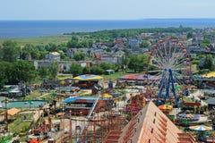 Vista aérea no parque de diversões e no mar imagens de stock