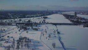 Vista aérea no parque do inverno com inclinação do esqui do corta-mato video estoque