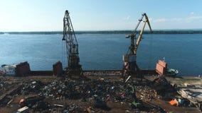 Vista aérea no porto de troca com guindastes, cargas e o navio filme