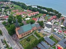 Vista aérea no recolhimento de povos fiéis durante a devoção na igreja imagens de stock
