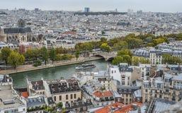 Vista aérea no rio Seine com pontes imagem de stock