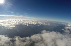 Vista aérea - nuvens, Sun e céu azul Fotos de Stock Royalty Free