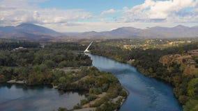 Vista aérea o Rio Sacramento da montanha de Choop da intimidação de Redding Califórnia da cume filme
