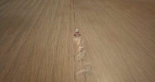 Vista aérea o trabalho do trator no campo na primavera Foto do zangão imagens de stock