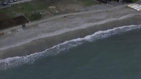 Vista aérea - ondas do mar que espirram agitadamente filme