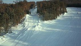 Vista aérea: Os esquiadores vão abaixo da inclinação video estoque