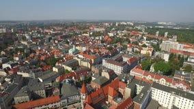 Vista aérea panorámica de la Gliwice - en la región de Silesia de Polonia - centro de ciudad y viejo cuarto histórico de la ciuda metrajes